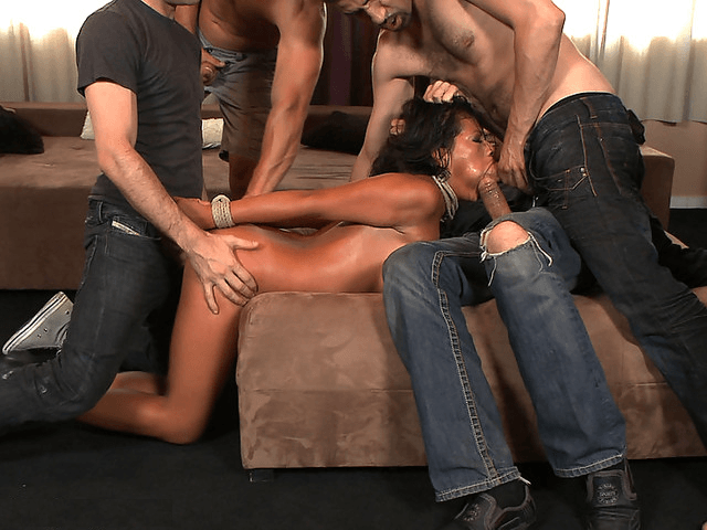 Девушку разрывает толпа мужиков